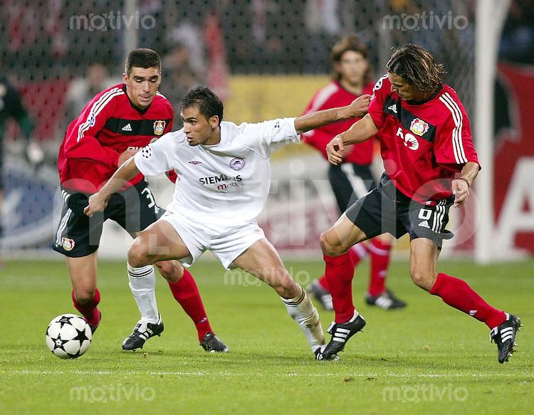 Fussball / Champions League Saison 2002/2003  5. Spieltag Bayer 04 Leverkusen - Olympiakos Piraeus 2:0  Christos Patsatzoglou (mi) gegen Lucio (li) und Boris Zivkovic (re, beide Leverkusen)