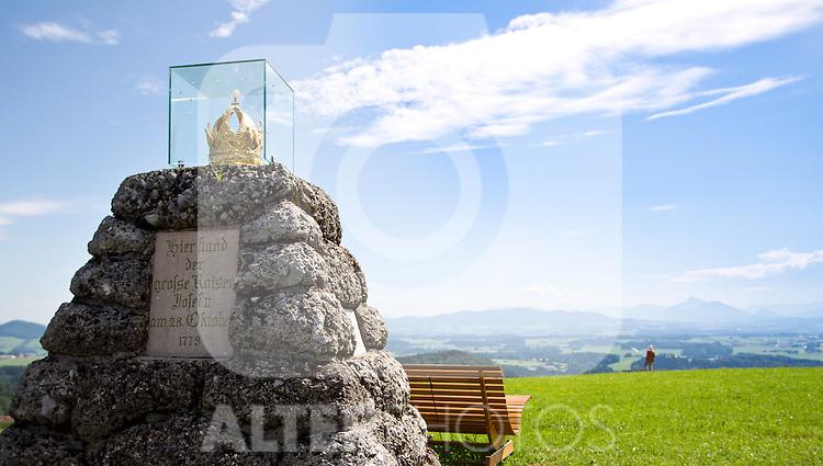 AUT, THEMENBILD, KAISERBUCHE, die Kaiserbuche in der Gemeinde Obertrum, Salzburg war eines der ältesten Naturdenkmäler des Bundeslandes Salzburg. Sie wurde 1779 gepflanzt und stand 225 Jahre lang als naturkundliches Wahrzeichen Obertrums. Sie liegt 766 m ü. A., am Kamm des Haunsberges. An Stelle des alten Baumes wurde 2005 eine Neupflanzung vorgenommen. Der Baum wurde anlässlich des inoffiziellen Besuches des damals noch eigenständigen Erzstiftes durch den österreichischen Kaiser Josef II. am 28. Oktober 1779 gepflanzt. Zum 50-jährigen Regierungsjubiläum Kaiser Franz Josephs I. wurde am 18. August 1898, neben der Kaiserbuche auch eine Gedächtniskapelle eingeweiht. Im Bild der Obelisk mit der vergoldeten Krone, EXPA Pictures © 2011, PhotoCredit: EXPA/ J. Feichter