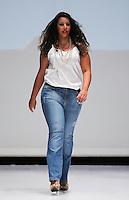 SAO PAULO, SP, 21.07.2013 - FWPS - VERÃO 2013/14 -  Modelo durante desfile da grife Attribute Jeans no Fashion Weekend Plus Size no Memorial da América Latina região oeste de São Paulo, neste domingo, 21 (Foto: Vanessa Carvalho / Brazil Photo Press).