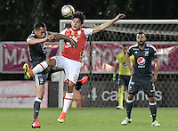 BOGOTÁ -COLOMBIA, 28-08-2016. Kevin Salazar (Der.) jugador de Santa Fe disputa el balón con Harrison Henao (Izq.) jugador de Millonarios durante partido entre Independiente Santa Fe y Millonarios por la fecha 10 de la Liga Aguila II 2016 jugado en el estadio Metropolitano de Techo de la ciudad de Bogota.  / Kevin Salazar (R) player of Santa Fe struggles for the ball with Harrison Henao (L) player of Millonarios during match between Independiente Santa Fe and Cortulua for the date 10 of the Liga Aguila II 2016 played at the Metropolitano de Techo Stadium in Bogota city. Photo: VizzorImage/ Gabriel Aponte / Staff