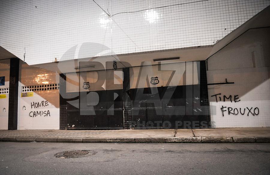 SANTOS, SP, 20.03.2017 - MURO DA VILA BELMIRO PIXADA - Muro do estádio Urbano Caldeira do Santos Futebol Clube é pixado em protesto depois da derrota contra o Palmeiras jogo válido pela nona rodada do Campeonato Paulista 2017, nesta segunda, 20. (Foto: Guilherme Kastner/Brazil Photo Press)