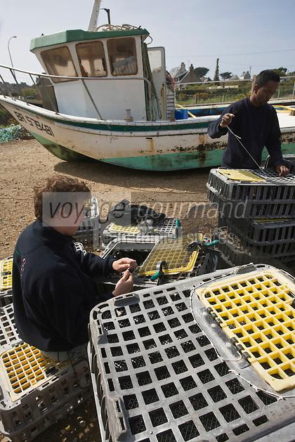 Europe/France/Bretagne/29/Finistère/Plouguernau: Sylvain Huchette de France Haliotis Elevage d'Ormeaux-réparation des caisses pour l' élevage en pleine mer