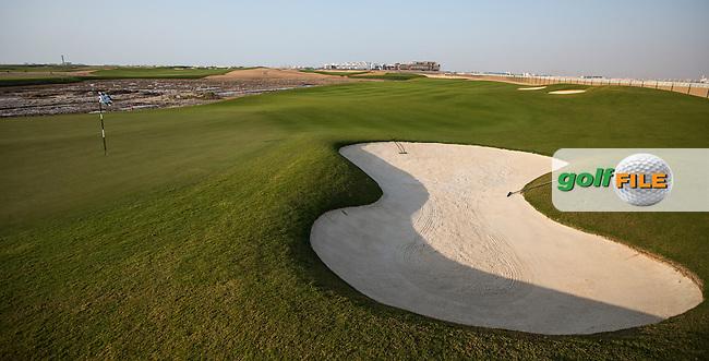 View of the  par 3 18th at Al Zorah Golf Club, Dubai, United Arab Emirates.  26/01/2016. Picture: Golffile | David Lloyd<br /> <br /> All photos usage must carry mandatory copyright credit (&copy; Golffile | David Lloyd)