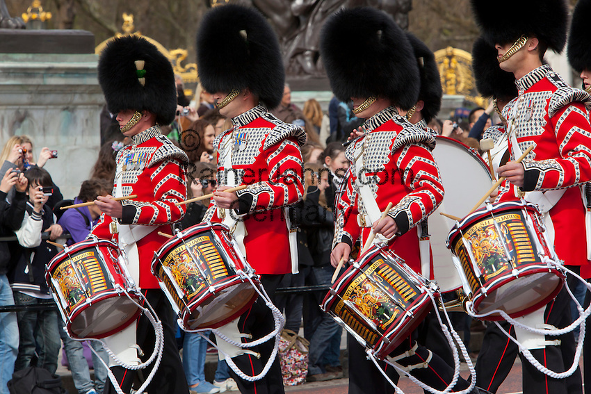 United Kingdom, London: Drummers of the Welsh Guards at Changing of the Guards at Buckingham Palace | Grossbritannien, England, London: Trommler der Welsh Guards beim Changing of the Guards am Buckingham Palace
