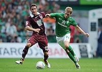 FUSSBALL   1. BUNDESLIGA   SAISON 2011/2012    1. SPIELTAG SV Werder Bremen - 1. FC Kaiserslautern             06.08.2011 Aaron HUNT (re, Bremen) gegen Thanos PETSOS (li, Kaiserslautern)