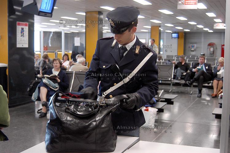 Milano: aeroporto di Linate, controlli di polizia..Milan: Linate airport, police controls.