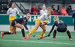 AMSTELVEEN -  Noor Omrani (DenBosch) in duel met Lana Kalse (Adam) en links Lauren Stam (Adam)   tijdens de hoofdklasse hockeywedstrijd dames,  Amsterdam-Den Bosch.   COPYRIGHT KOEN SUYK