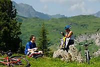 CHE, SCHWEIZ, Kanton Bern, Berner Oberland, Engstlenalp am Ende des Gentals: Mountainbiker bei einer Pause | CHE, Switzerland, Bern Canton, Bernese Oberland, Engstlenalp at Gen Valley: Mountainbiker having a break