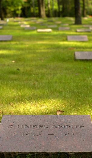 Friedhof Halbe<br /> Vom 24. April 1945 bis 1. Mai 1945 fand in der Gegend um den Brandenburgischen Ort Halbe eine der letzten grossen Schlachten der Wehrmacht gegen die Rote Armee statt. Unter dem Befehl des Wehrmachtsgeneral Theodor Busse (9. Armee) kamen mehr als 40.000 Wehrmachtssoldaten und unzaehlige Zivilisten ums Leben. General Busse lehnte ein Kapitulationsangebot der Roten Armee ab. In den Waeldern um Halbe starben innerhalb dieser einen Woche insgesammt ueber 60.000 Menschen.<br /> Auf dem Waldfriedhof Halbe in Brandenburg wurden ueber 23.000 Kriegsopfer beerdigt. Ebenfalls auf dem Waldfriedhof begraben sind unzaehlige ermordete russische Zwangsarbeiterinnen und Zwangsarbeiter, sowie ca. 4.500 Tote aus den NKWD Lager Ketschendorf.<br /> Rechtsextremisten und Neonazis planen zum Volkstrauertag im November 2002 auf der Gedenkstaette ein sogenanntes &quot;Heldengedenken&quot;.<br /> Hier: Grab zweier unbekannter 1947 verstorbener NKWD-Opfer.<br /> 25.8.2002, Berlin<br /> Copyright: Christian-Ditsch.de<br /> [Inhaltsveraendernde Manipulation des Fotos nur nach ausdruecklicher Genehmigung des Fotografen. Vereinbarungen ueber Abtretung von Persoenlichkeitsrechten/Model Release der abgebildeten Person/Personen liegen nicht vor. NO MODEL RELEASE! Nur fuer Redaktionelle Zwecke. Don't publish without copyright Christian-Ditsch.de, Veroeffentlichung nur mit Fotografennennung, sowie gegen Honorar, MwSt. und Beleg. Konto: I N G - D i B a, IBAN DE58500105175400192269, BIC INGDDEFFXXX, Kontakt: post@christian-ditsch.de<br /> Bei der Bearbeitung der Dateiinformationen darf die Urheberkennzeichnung in den EXIF- und  IPTC-Daten nicht entfernt werden, diese sind in digitalen Medien nach &sect;95c UrhG rechtlich geschuetzt. Der Urhebervermerk wird gemaess &sect;13 UrhG verlangt.]