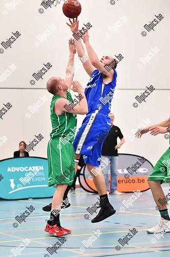 2017-03-18 / Basketbal / Seizoen 2016-2017 / Oxaco - Houthalen / Clemente (Houthalen) probeert te scoren tegen Pegg<br /> <br /> ,Foto: Mpics.be