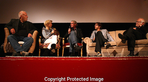 """UTRECHT - 20090929 - FOTO: RAMON MANGOLD - .29STE NEDERLANDS FILMFESTIVAL, NFF 2009 - .DE KEUZE VAN RAMSEY NASR (DICHTER VAN DE DAG)..NA DE VERTONING VAN 'DE VLIEGDENDE HOLLANDER"""" EEN Q&A  MET (VLNR): SETDESIGNER GERT BRINKERS, MODERATOR ISOLDE HALLENSLEBEN, CAMERAMAN GOERT GILTAY, DICHTER RAMSY NASR EN DE REGISSEUR VAN DE FILM: JOS STELLING."""