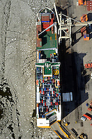 Grande Costa de Avorio am Uni Kai: EUROPA, DEUTSCHLAND, HAMBURG, (EUROPE, GERMANY), 20.01.2012 Am O'Swaldkai arbeitet die groesste auf rollende Verladungen spezialisierte Hafenanlage im Hamburger Hafen. Die UNIKAI Lagerei- und Speditionsgesellschaft fertigt dort moderne RoRo-Schiffe ebenso ab wie Projektladung und Forstprodukte. Als Kompetenzzentrum für die Automobilindustrie. Grande Costa de Avorio der Grimaldi Lines