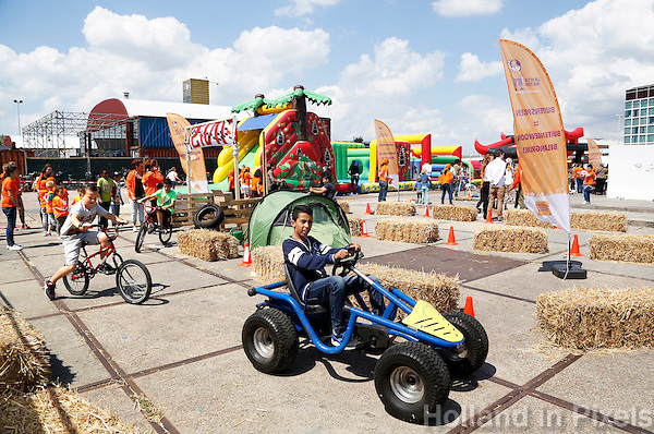 Nederland Amsterdam  2015 06 10 . Landelijke Buitenspeeldag. Honderden kinderen spelen buiten op het NDSM terrein