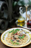 """Europe/Italie/Lombardie/Env du Lac de Come/ Mariano Comense: Spagghetti à la méditerranéenne recette de Sergio Mauri chef du restaurant """"La Rimessa"""""""