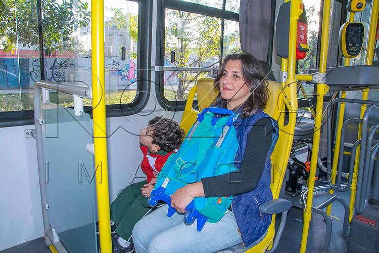 Mãe levando filho para escola de ônibus, São Paulo - SP, 08/2016.