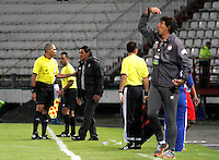 MANIZALES  -COLOMBIA. 19-NOVIEMBRE-2014. Flabio Torres (Izq) director tecnico de  Once Caldas durante el encuentro con Independiente Santa Fe   partido de los cuadrangulares semifinales  fecha 2 de La Liga Postobon 2014- II jugado en el estadio Palogrande . / Flabio Torres (L) coach of  Once Caldas during match between   Independiente  Santa Fe  Party runs semifinals 2th dated 2014-2 of  Liga Postobon  played in the stadium Palogrande:  VizzorImage / Santiago Osorio / Stringer