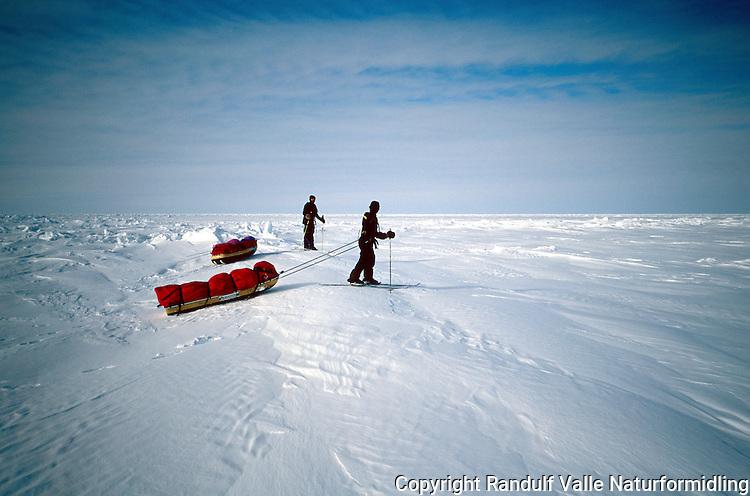 To menn med pulker i øde islandskap. ----- Two men with sleds in winter landscape.