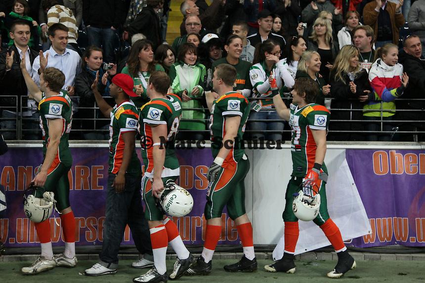 Kieler Spieler klatschen mit ihren Fans nach dem Sieg ab