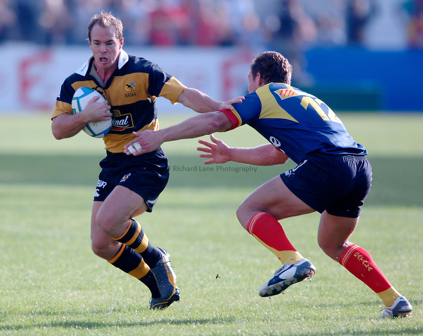 Photo: Richard Lane..Perpignan v London Wasps. Heineken Cup. 28/10/2006. .Wasps' Mark Van Gisbergen attacks.