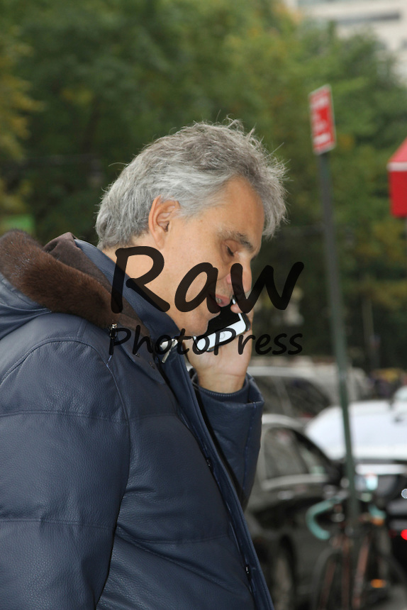 Andrea Bocelli se ha encontrado con fans en Nueva York.<br /> <br /> Photo &copy; 2015 Luis Guerra/The Grosby Group<br /> EXCLUSIVE<br /> New York, October 27, 2015<br /> <br /> Andrea Bocelli was spotted out and about New York. The singer stopped to sign an autograph to a fan.