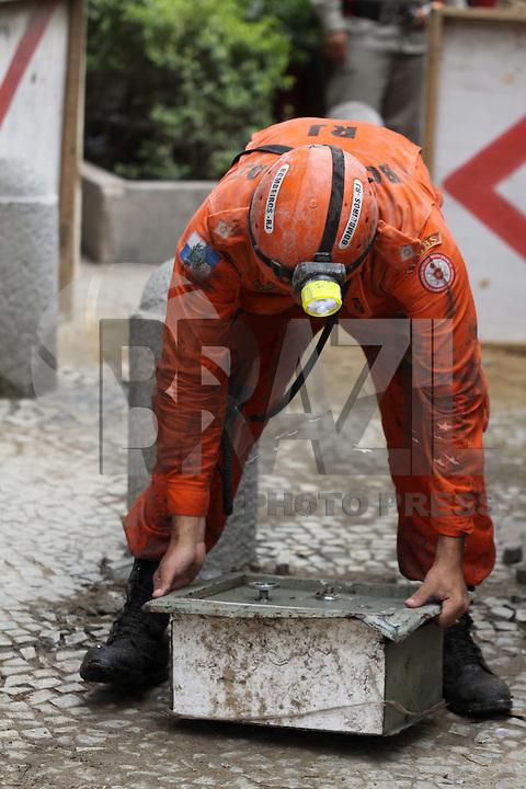 RIO DE JANEIRO, RJ, 27 DE JANEIRO DE 2012 - DESABAMENTO PREDIO RIO DE JANEIRO - Equipe de resgate encontra um cofre desabamento de três prédios na região da Avenida Treze de Maio, no centro do Rio de Janeiro, na noite 25 de janeiro. Um dos prédios que ruiu tem cerca de 20 andares, o outro, 10, e o terceiro, 4. Segundo o Corpo de Bombeiros, antes do desabamento teria havido uma explosão. FOTO: GUTO MAIA - NEWS FREE