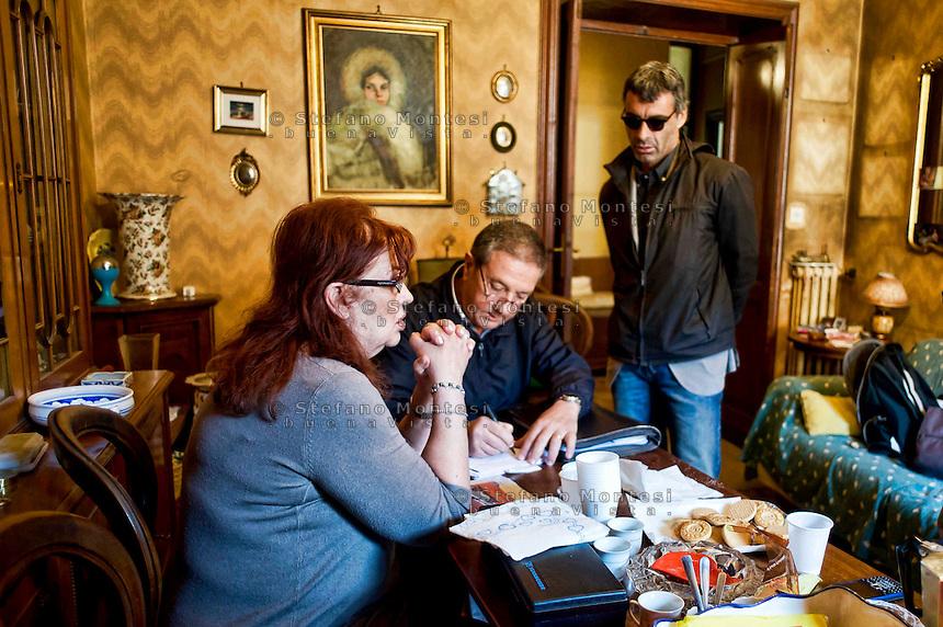 Roma 31Ottobre 2013<br /> Gilda 65anni, abita in via delle Fornaci, dove vive da quarantacinque anni, attende l'ufficiale giudiziario, per la notifica dello sfratto esecutivo, richiesto  dalla propriet&agrave;, un avvocato che possiede decine di appartamenti.L'ufficiale giudiziario notifica lo sfratto esecutivo con la forza pubblica per il 5 Dicembre 2013<br /> Rome October 31, 2013<br /> Gilda 65 years, lives in Via delle Fornaci, where he lives from  forty-five years, waiting for the bailiff, for notification of the executive eviction, required by the property, an attorney who owns dozens of apartments.The bailiff shall notify the eviction with the police in order to December 5, 2013