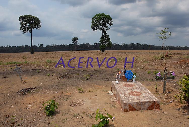 Cemitério dentro de área preparada para plantação de soja  no Km 45 da BR 183-Santarém Cuiabá<br /> 17/11/2007<br /> Santarém, Pará, Brasil.<br /> Foto Paulo Santos<br /> <br /> Terra para plantação de soja.<br /> Belterra, Pará, Brasil.<br /> Foto Paulo Santos<br /> 11/2007