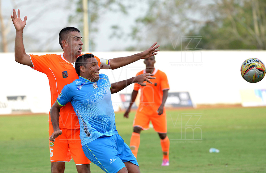 MONTERIA - COLOMBIA - 15-03-2015: Martin Arzuaga (Der) jugador de Jaguares FC disputa el balón con Andres Orozco (Izq) jugador de Envigado FC, durante partido entre Jaguares FC y Envigado FC por la fecha 10 de la Liga Aguila I 2015, jugado en el estadio Municipal de Monteria. / Martin Arzuaga (R) player of Jaguares FC vies for the ball with Andres Orozco (L) player of Envigado FC, during a match between Jaguares FC and Envigado FC for the  date 10 of the Liga Aguila I-2015 at the Municipal de Monteria Stadium in Monteria city, Photo: VizzorImage / Jose Perdomo / Cont.