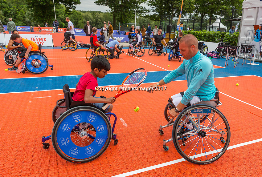 Den Bosch, Netherlands, 16 June, 2017, Tennis, Ricoh Open,  KNLTB Plaza, Clinic met Maikel Scheffers<br /> Photo: Henk Koster/tennisimages.com