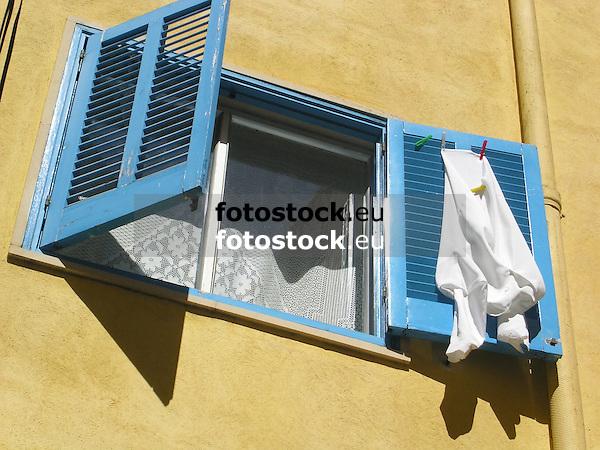 blue wooden slatted window shutter with clothes drying in the sun<br /> <br /> persianas azules con ropa secando en el sol<br /> <br /> blauer Holzfensterladen mit W&auml;sche, die in der Sonne trocknet<br /> <br /> 2272 x 1704 px<br /> 150 dpi: 38,47 x 28,85 cm<br /> 300 dpi: 19,24 x 14,43 cm