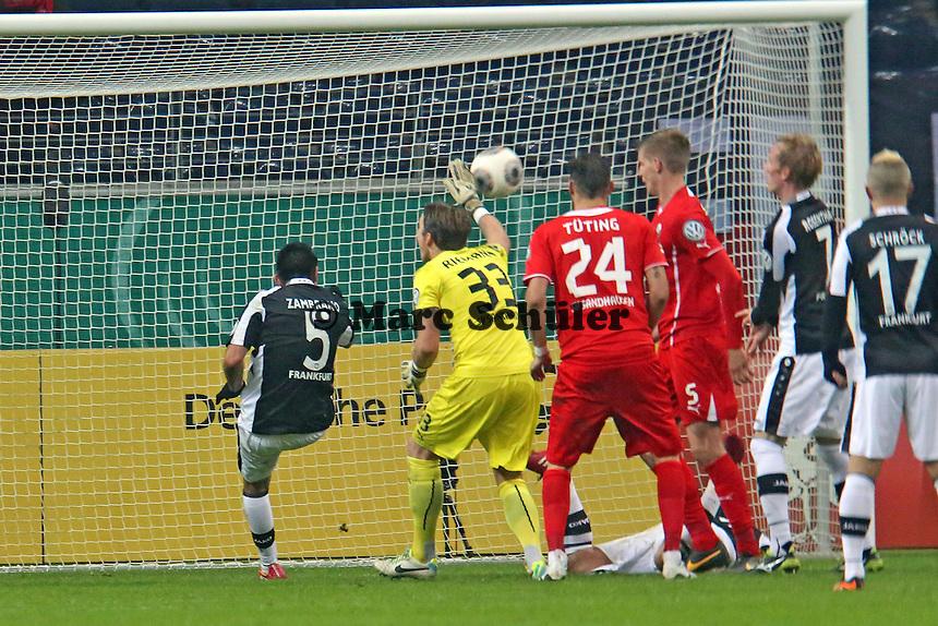 Carlos Zambrano (Eintracht) klaert kurz vor Schluss - Eintracht Frankfurt vs. SV Sandhausen, DFB-Pokal, Commerzbank Arena