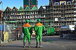 ZAANDAM - In Zaanstad zijn medewerkers van BAM Woningbouw met elkaar in gesprek tijdens de bouw van project Rustenburg. Het door architecten Mattijs Rijnboutt en Kees Rijnboutt ontworpen complex is gebouwd op een drie verdiepingen diepe parkeergarage waar bovenop ruim honderd woningen, een bioscoop met zes zalen en 11.000 m2 winkelruimten zijn gebouwd. De woningen zijn ondergebracht in een zeventien etage hoge woontoren, en daarnaast als grachtenhuizen, Zaanse pakhuizen en zaagtandwoningen vormgegeven appartementen. Terwijl de gevelbekleding in de groene streekkleuren zijn uitgevoerd, krijgen de woningen ook traditionele dakpannen als dakbedekking. COPYRIGHT TON BORSBOOM