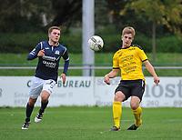 SCT MENEN - KVC WINGENE :<br /> Axel Harinck (R) ontzet de bal voor de aankomende Gianni Lingier (L)<br /> <br /> Foto VDB / Bart Vandenbroucke