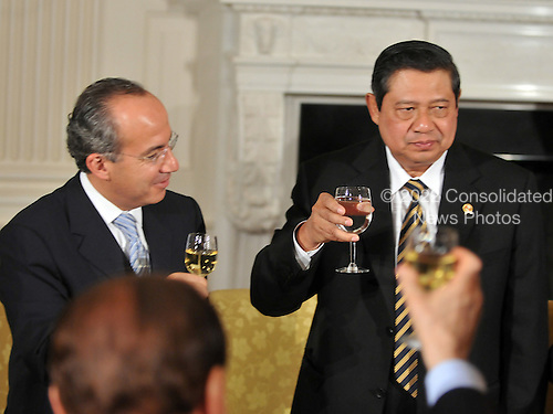 Washington, D.C. - November 14, 2008 -- From left: President Felipe Calderon Hinojosa of Mexico and President Susilo Bambang Yudhoyono of Indonesia exchange toasts after United States President George W. Bush made remarks to the Summit on Financial Markets and the World Economy on the North Portico of the White House in Washington, D.C. on Friday, November 14, 2008..Credit: Ron Sachs / Pool via CNP