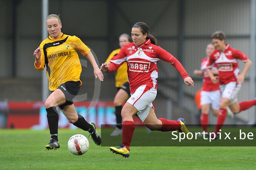 Bekerfinale 2012 : WD Lierse SK - Standard Femina :.Vanity Lewerissa in een spurtduel met Marleen Joore.foto David Catry / Joke Vuylsteke / Vrouwenteam.be