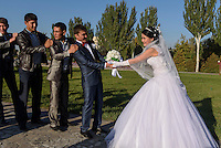 Hochzeit am Platz des Sieges, Bishkek, Kirgistan, Asien<br /> wedding party  at Victory Square, Bishkek, Kirgistan, Asia