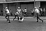 Repressão polícial à greve dos Metalúrgicos do ABC, SBC. 1980. Foto de Juca Martins.