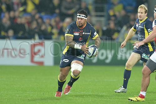 18.12.2016. Stade Marcel Michelin, Clermont-Ferrand, France. European Champions Cup Rugby. Clermont Auvergne versus Ulster.  John Ulugia (asm) looks to pass along his line