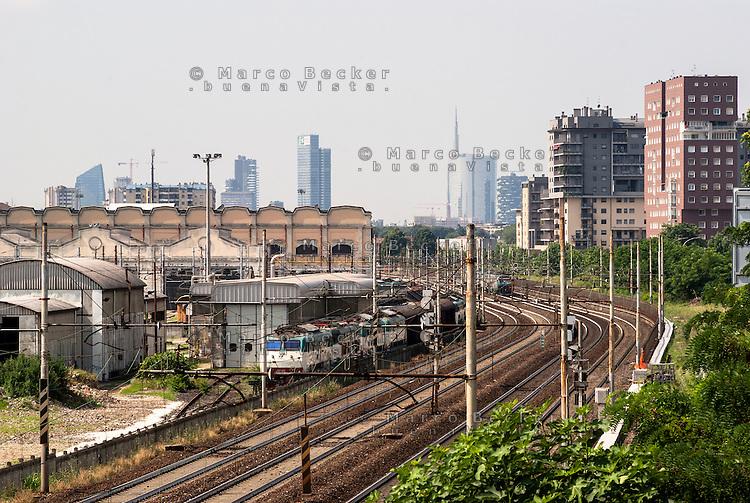 Milano, quartiere Bicocca, periferia nord. Lo scalo merci ferroviario Greco Breda e i grattacieli di Porta Nuova --- Milan, Bicocca district, north periphery. The freight railway yard Greco Breda and the skyscrapers of Porta Nuova