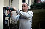 AMSTERDAM - Bouwvakker / timmerman hanteert een tacker, een nietmachine werkend op luchtdruk tijdens renovatie. COPYRIGHT TON BORSBOOM