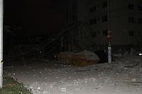 GUARULHOS, SP, 02.12.2013 - DESABAMENTO PREDIO - Prédio que desabou na noite desta segunda-feira, 02 na cidade de Guarulhos em Sao Paulo ao menos 12 viaturas no local. (Foto: Geovani Velasquez/Brazil Photo Press)