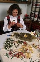 Europe/Autriche/Tyrol/Schlitters: Confections de décorations de Noël chez Mme Hirschuber