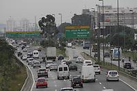 SÃO PAULO, SP, 28 JANEIRO DE 2013  - TRANSITO SP - Motorista enfrenta congestionamento na  marginal do Rio Tietê sentido Rod Castelo Branco, altura da Ponte da Casa Verde, na manhã dessa segunda-feira, 28, zona central da capital - FOTO: LOLA OLIVEIRA - BRAZIL PHOTO PRESS