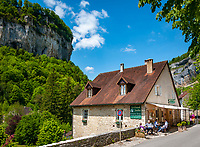 Frankreich, Bourgogne-Franche-Comté, Département Jura, Baume-les-Messieurs: klassifiziert als eines der schoensten Doerfer Frankreichs (Plus beaux villages de France) - Restaurant and Café Le Grand Jardin | France, Bourgogne-Franche-Comté, Département Jura, Baume-les-Messieurs: classified as one of France's most beautiful villages (Plus beaux villages de France) - restaurant and café Le Grand Jardin