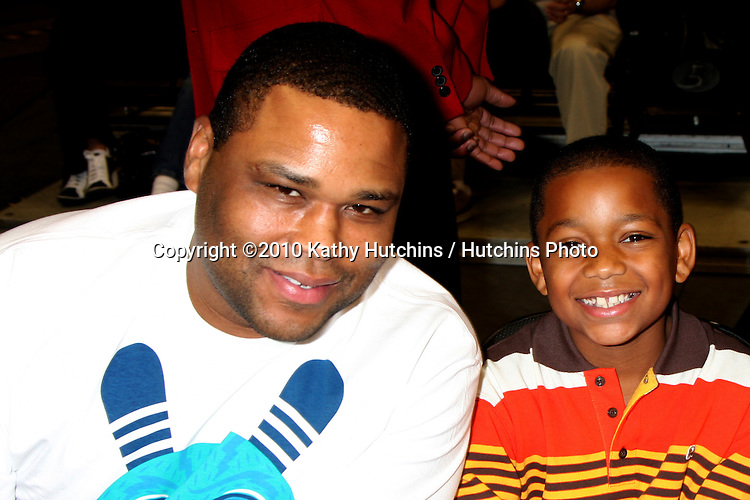 Anthony Anderson & Son.at the Harlem Globetrotters Game .Staples Center.Los Angeles, CA.February 14, 2010.©2010 Kathy Hutchins / Hutchins Photo....
