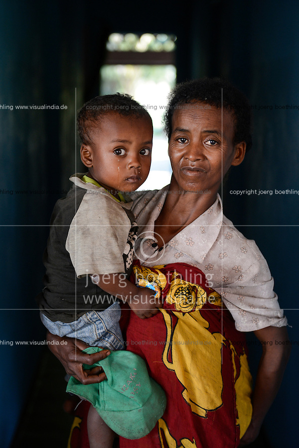 MADAGASCAR, Mananjary, canal des Pangalanes, village AMBOHITSARA, tribe ANTAMBAHOAKA, fady or taboo, according to the rules of their ancestors twin children are a taboo and not accepted in the society / MADAGASKAR, Mananjary, Dorf AMBOHITSARA, Zwillinge sind nach dem Ahnenkult ein Fady oder Tabu beim Stamm der ANTAMBAHOAKA, Frau CHRISTINE MANAMPETRA mit Zwillingen ROLAND und CEDRICE