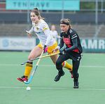 AMSTELVEEN -  Joy Haarman (Adam) met Marloes Keetels (DenBosch)     tijdens de hoofdklasse hockeywedstrijd dames,  Amsterdam-Den Bosch (1-1).   COPYRIGHT KOEN SUYK