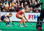 ROTTERDAM - Freeke Moes (Ned) met  Alyssa Manley (USA)  tijdens de Pro League hockeywedstrijd dames, Netherlands v USA (7-1)  ..COPYRIGHT  KOEN SUYK