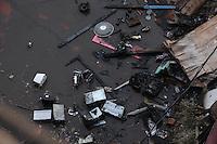 FOTO EMBARGADA PARA VEICULOS INTERNACIONAIS. SAO PAULO, SP, 18/-9/2012, Rescaldo favela Moinho.   Moradores desolados foram vistos em meio as cinzas de suas casas no interior da Favela do Moinho.  Luiz Guarnieri/ Brazil Photo Press.
