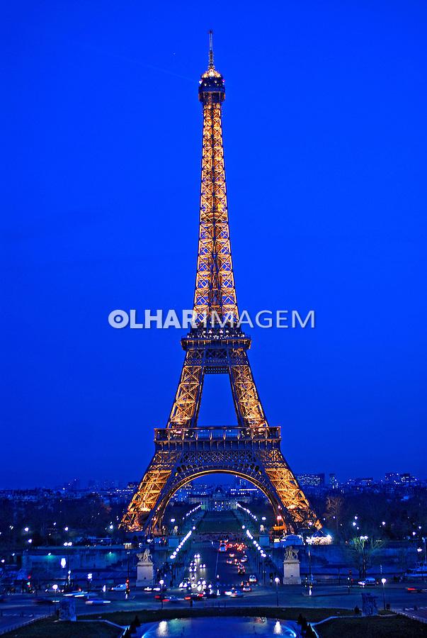 Entardecer na Torre Eiffel em Paris. França. 2007. Foto de Luciana Whitaker.